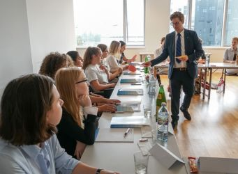 Prof. Lachmayer erklärt Recht bei der Inside Law Summer School 2019